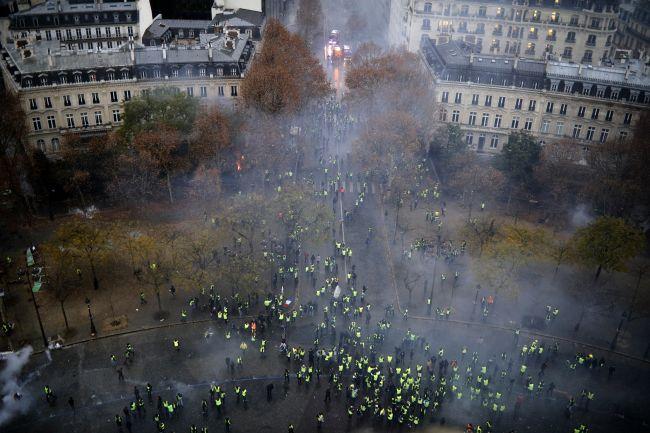 Francúzska vláda po protestoch zastaví zvyšovanie daní z palív