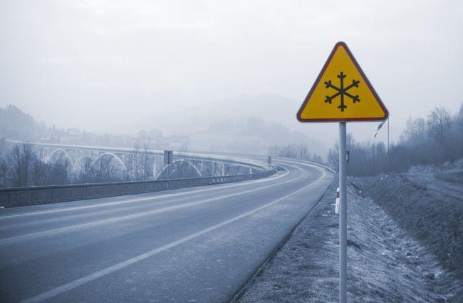Na západnom a strednom Slovensku by si vodiči mali dať pozor na poľadovicu