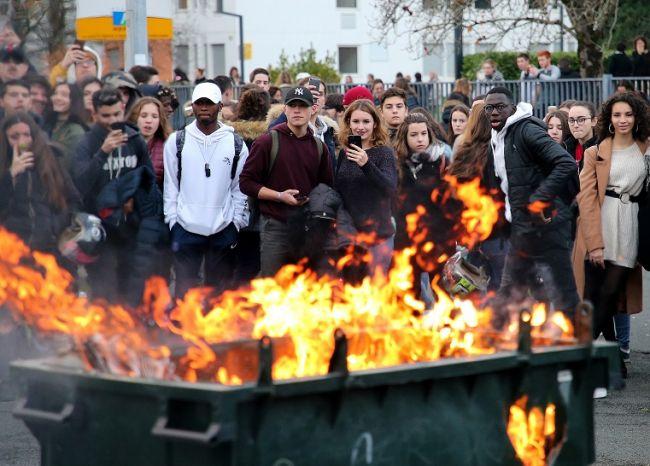 Zatknutie protestujúcich stredoškolákov vo Francúzsku vyvolalo vlnu pobúrenia