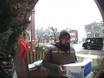 Video: Kuriéra prepadla veverička. Jeho reakcia však stála za to