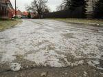 Vodiči si dnes musia na cestách dávať pozor na poľadovicu, sneženie i hmlu
