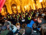 Polícia demonštrantov z Kossuthovho námestia po polnoci vytlačila