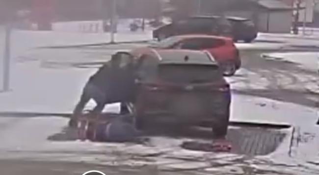 VIDEO: Toto SUV sa pokúsilo usmrtiť vodičku! Môže sa to stať aj vám