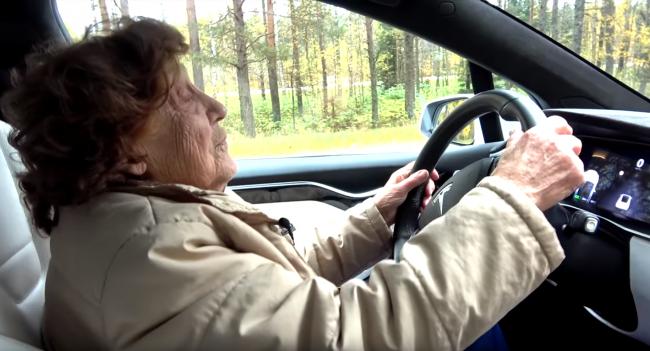 VIDEO: Babička si sadla za volant elektromobilu Tesla Model X! Takáto bola jej reakcia
