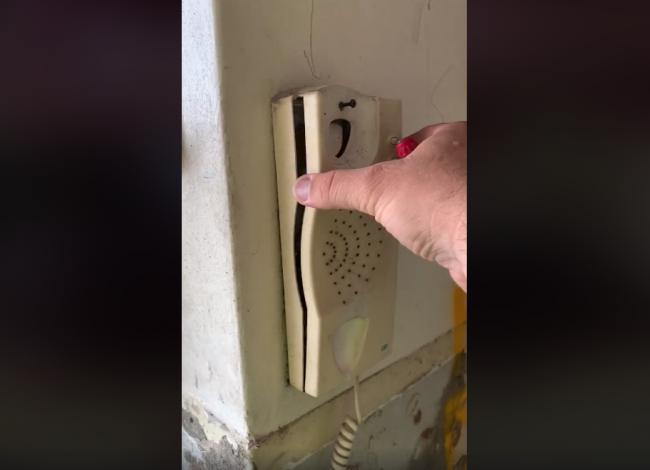 Video: Muž rozobral pokazený telefón. Z toho, čo tam našiel, sa dvíha žalúdok