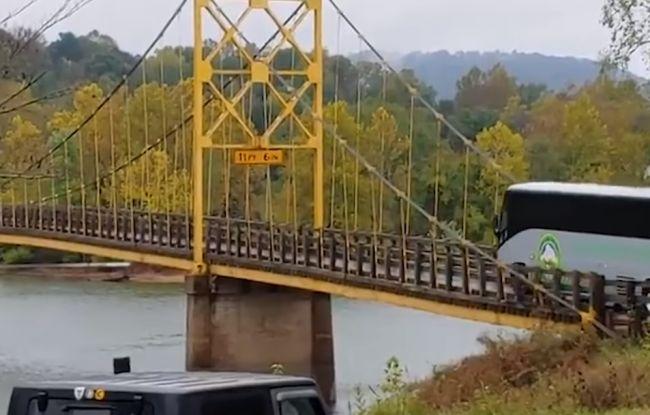 Video: Vodič autobusu ignoroval obmedzenie hmotnosti na moste, takýto to malo následok