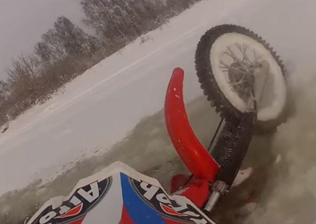 Video: Šialený Rus sa vybral motorkou po zamrznutej rieke, ľad sa pod ním začal lámať