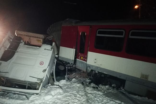 Pri Čadci sa zrazil osobný vlak s kamiónom
