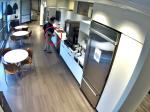 Video: Muž hodil na zem kocky ľadu. Kamera zachytila jeho podvod
