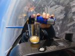 Video: Ako sa správa pohár s nápojom pri akrobatickom lete?