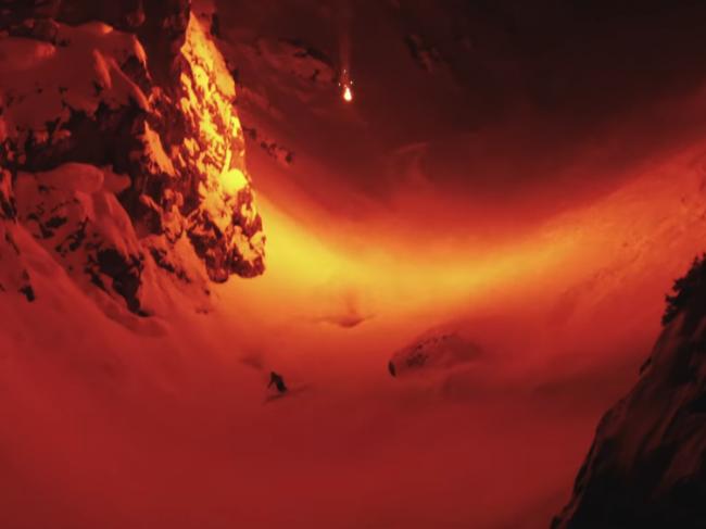 Video: Lyžiarom osvetľovala cestu mysteriózna ohnivá guľa