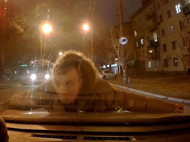 Video: Vodič zatrúbil na nepozorného chodca. Namiesto vďaky sa mu hodil na auto
