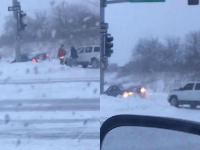 Video: Vodič chcel pomôcť zapadnutému autu. Napokon hľadali pomoc obaja