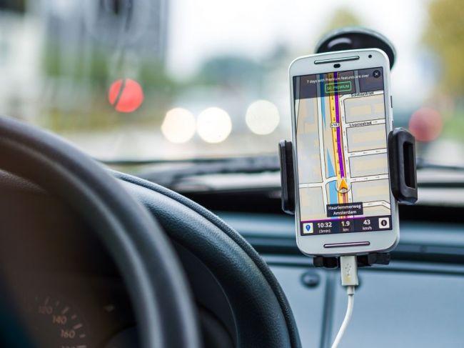 Šofér slepo veril GPS navigácii, skončil vo vodnom kanáli