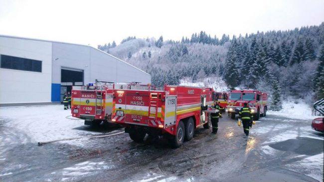 Hasiči zasahujú pri požiari výrobnej haly v Ľubovnianskych kúpeľoch
