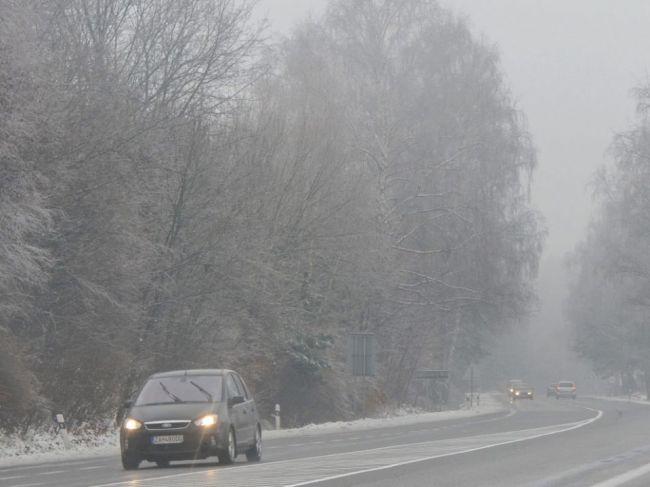 Vodiči by si mali dať pozor na poľadovicu, hmlu a sneženie