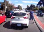 Video: Žena chcela vyhodiť špak z auta. Do cesty sa jej postavil odvážny hrdina