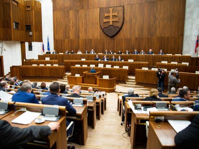 Voľba kandidátov na ústavných sudcov je verejná, poslanci hlasujú