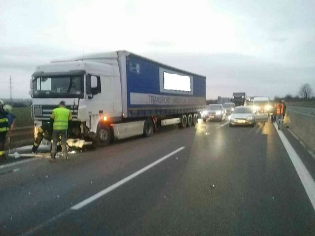 Na D2 došlo k hromadnej dopravnej nehode, diaľnica je v jednom smere uzavretá