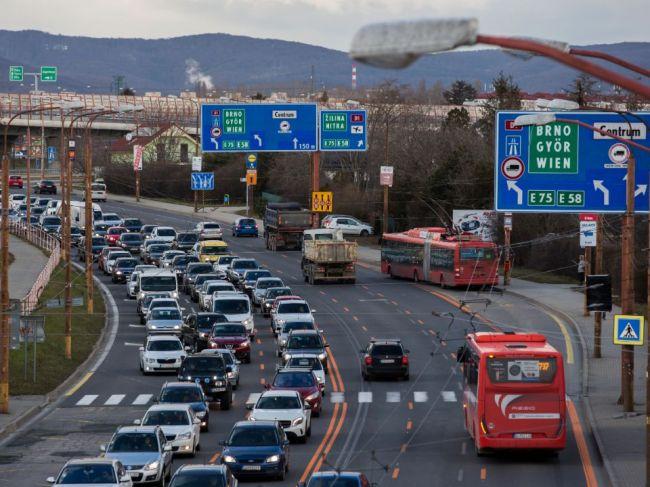 Pri ceste do Bratislavy odporúčajú ľuďom od Trnavy nechať auto doma