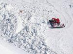 Spod lavíny na zjazdovke vytiahli štyroch ľudí, jeden skonal