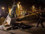 Aktivisti zvalili sochu kňaza obvineného zo zneužívania maloletých