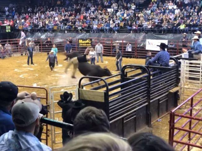Video: Pri býkovi v aréne ľudia lietali do vzduchu