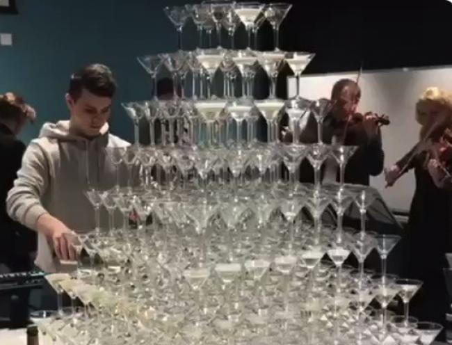 Video: Mladík chcel efektne naliať šampanské do pohárov. Takto to dopadlo