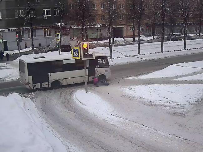 Video: Autobus pred priechodom nestihol zabrzdiť. Narazil do kočíka s dieťaťom