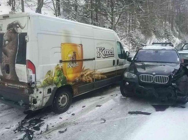 Hasiči zasahujú pri hromadnej nehode šiestich vozidiel