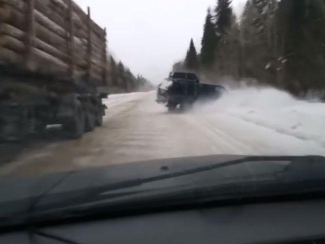 Video: Vodič sa len o vlások vyhol istej smrti medzi dvoma vozidlami