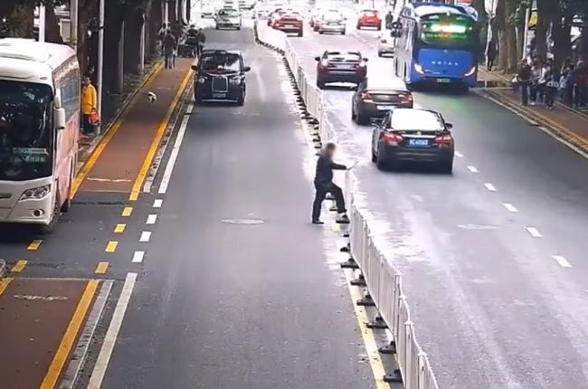 Video: Muž chcel preliezť plot, no spôsobil tým katastrofu. Iný chodec to urobil po svojom