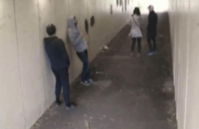 Video: Mladíci provokovali pár v podchode. Dostali peknú príučku