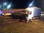 V Čadci došlo k zrážke osobného motorového vlaku a nákladného auta