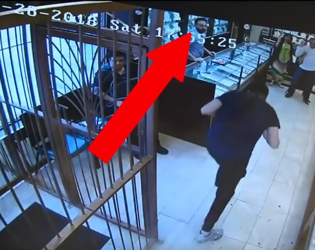Video: Zlodeji chceli vykradnúť zlatníctvo, majiteľ ich však prekvapil s mečom