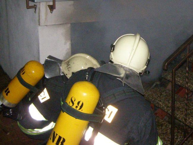 Hasiči zasahujú pri požiari dvojpodlažnej chaty v obci Makov