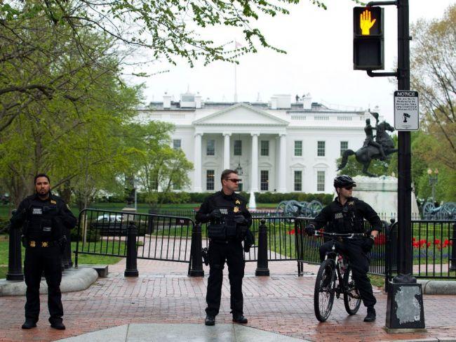Pred Bielym domom sa podpálil muž, agenti ho uhasili a okolie uzavreli