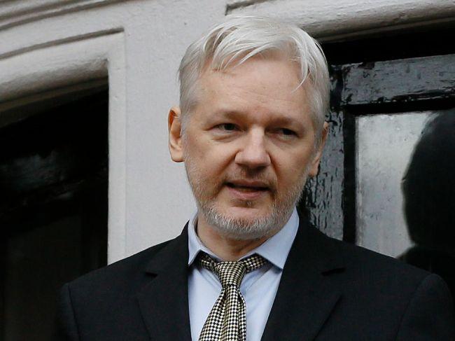 Julian Assange by mal byť vydaný do Austrálie, tvrdí jeho otec