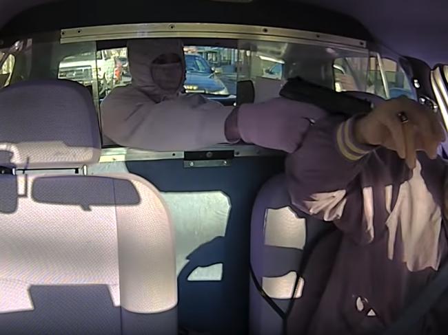 Video: Muž chcel okradnúť taxikára. Nevšimol si však, kto za ním stojí