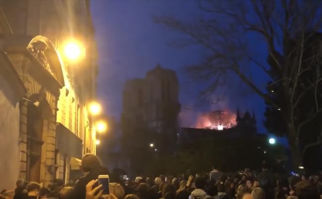 Video: Keď okoloidúci uvideli Notre-Dame v plameňoch, začali spievať