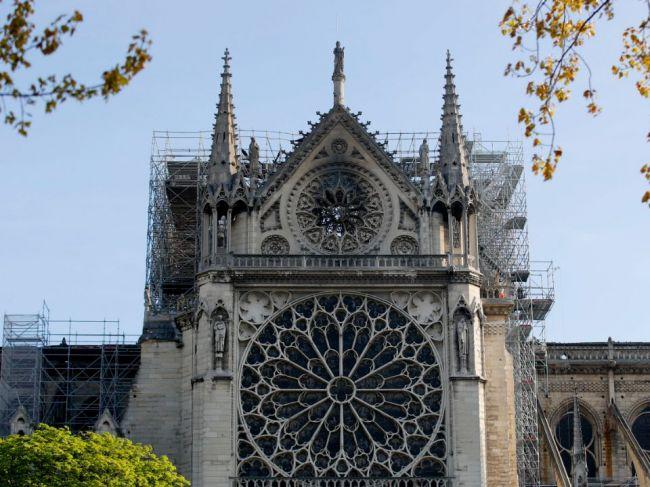 Časť konštrukcie katedrály Notre-Dame rozoberú pre riziko ďalšieho poškodenia