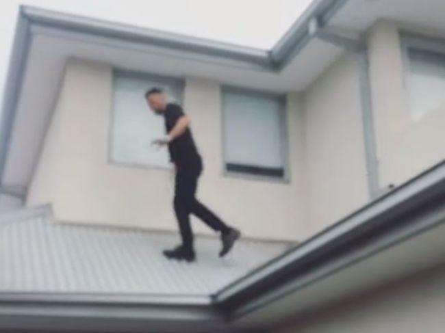 Video: Takto vyzerá šťastný pád zo strechy. Namiesto chodníka muža čakalo mäkké pristátie