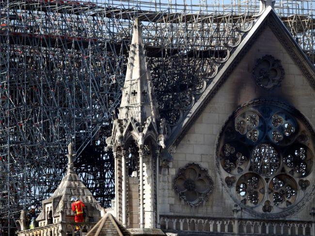 Firma renovujúca strechu Notre-Dame poprela zodpovednosť za požiar