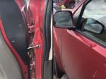 Video: Muž chcel z auta vyhnať švába. Jeho reakciu treba počuť