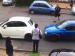 Video: Susedka zablokovala cestu pred vedľajším domom. Susedia si s ňou ľahko poradili