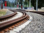Po zrážke s vlakom zomreli dvaja muži, okolnosti nehody sa vyšetrujú