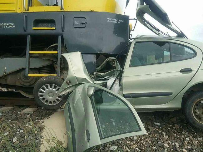 Hasiči zasahujú pri zrážke vlaku a osobného auta
