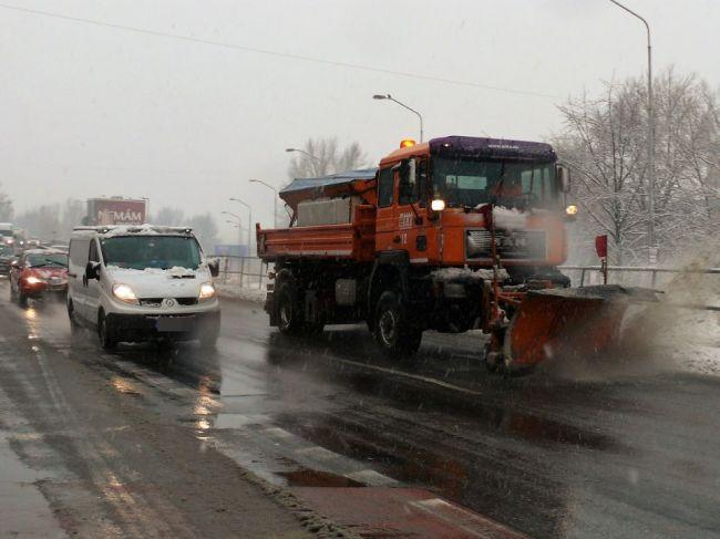Snehová nádielka zamestnala cestárov na Orave aj na Liptove