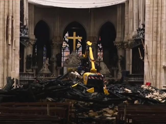 Video: Skaza v Notre-Dame. Takto vyzerá vnútrajšok katedrály po požiari