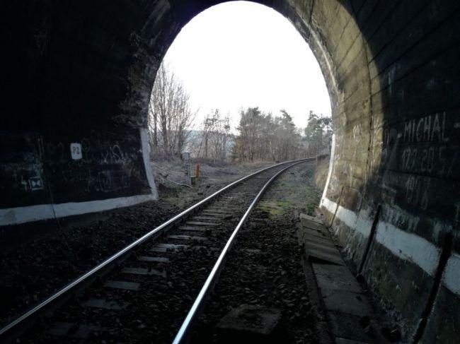Osobný vlak zrazil človeka, lekár skonštatoval smrť